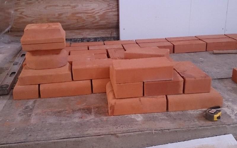 Дополнительно планируется к постройке резное панно. Около стены перед каминной топкой установлен механизм скольжения. Благодаря нему создается стена, отгораживающая горючие элементы.
