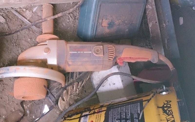 Инструменты для работы: болгарки, круги обрезные