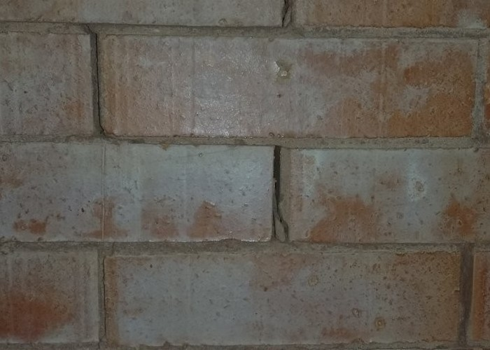 Где трещины, стоит убрать глину и хорошенько смочить, а туда утрамбовать новую глину