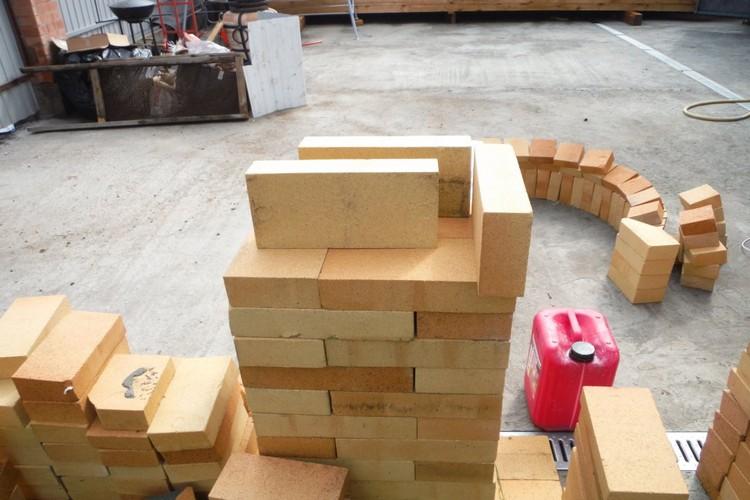 Для пода был приобретен кирпич ШБ9 размером 30 х 15 см. Меньше стыков - значит больше площадь.