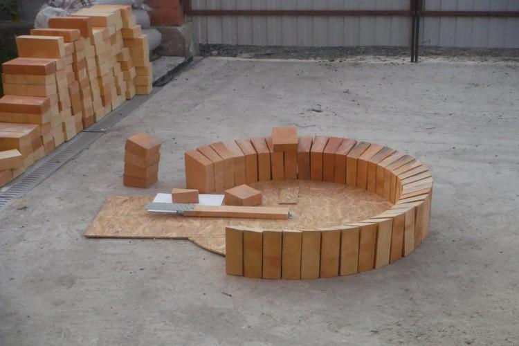 Сначала автор будущего сооружения пообщался с местными умельцами-печниками, которые предлагали услуги по постройке маленькой уличной печки от 30 до 80 тысяч рублей